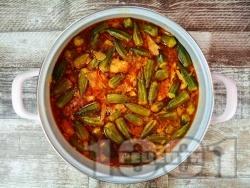 Агнешка яхния от плешка с бамя, чесън и доматено пюре - снимка на рецептата